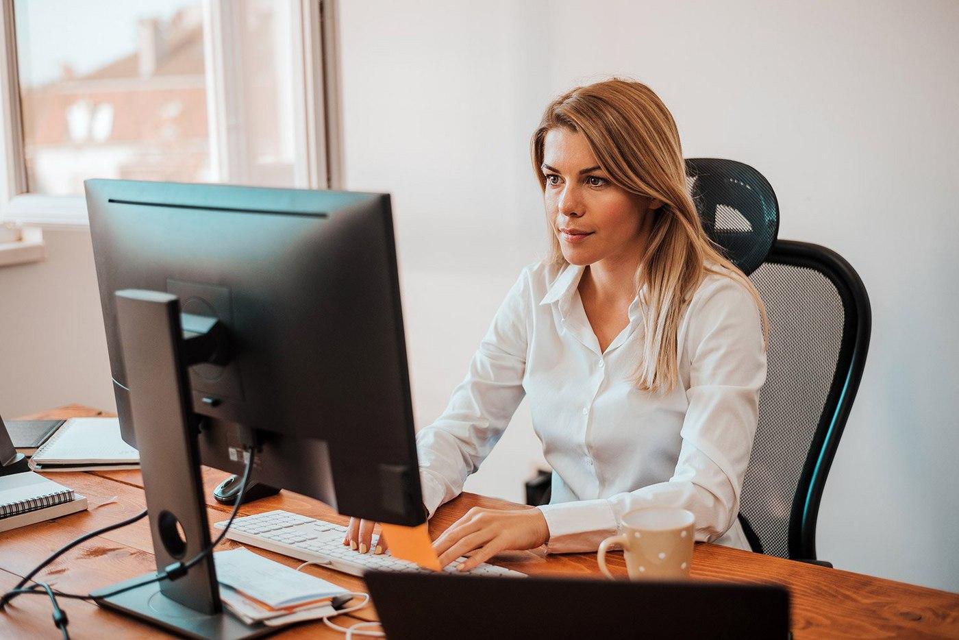 businesswoman-working-at-computer
